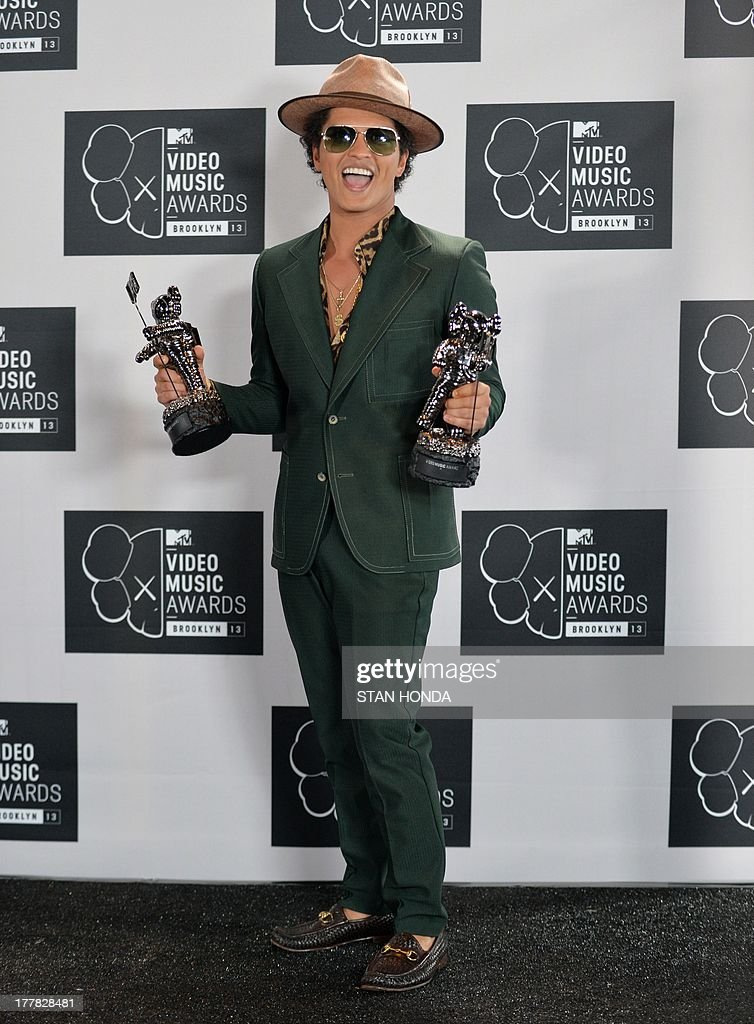 <a gi-track='captionPersonalityLinkClicked' href=/galleries/search?phrase=Bruno+Mars&family=editorial&specificpeople=6779692 ng-click='$event.stopPropagation()'>Bruno Mars</a>, winner of Best Male Video, at the MTV Video Music Awards August 25, 2013 at the Barclays Center in New York. AFP PHOTO/Stan HONDA