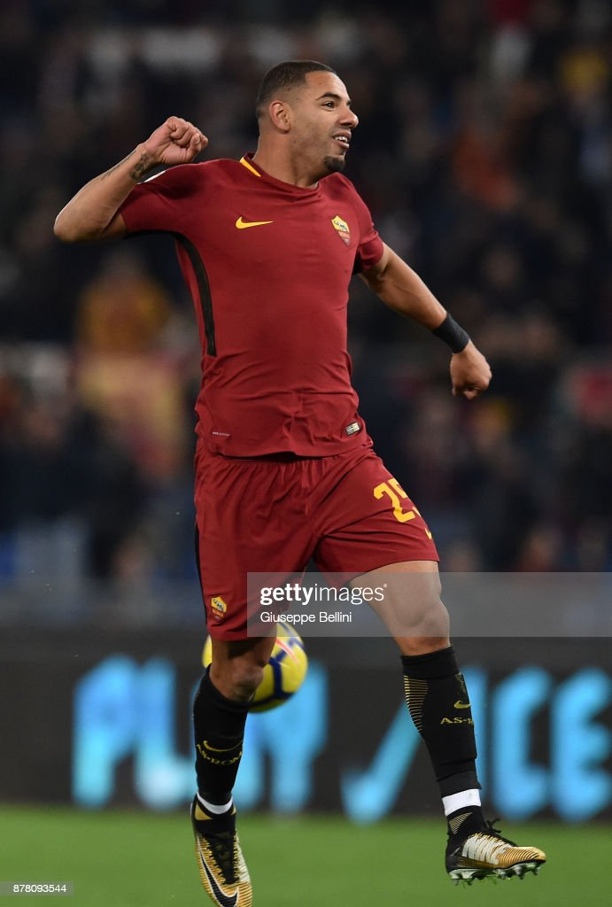 Bruno Peres of AS Roma celebrates the victory after the Serie A match between AS Roma and SS Lazio at Stadio Olimpico on November 18, 2017 in Rome, Italy. (Photo by Giuseppe Bellini/Getty Images);