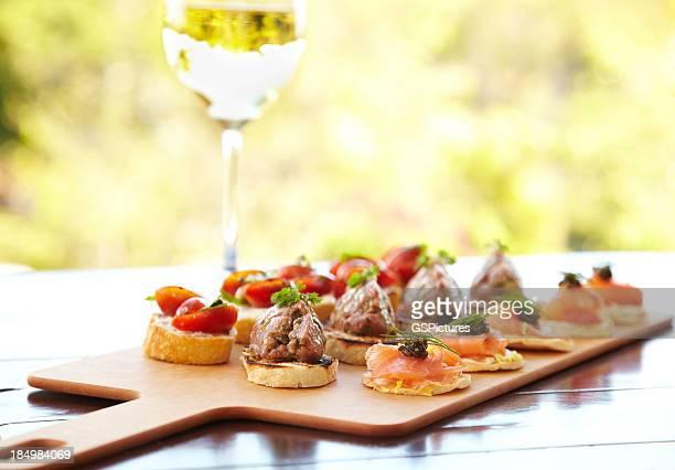 Bruschetta con queso, tomates, foie gras, y salmón salvaje