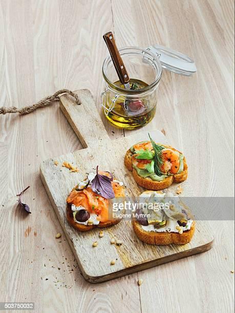 Bruschetta with shrimp, salmon and artichoke