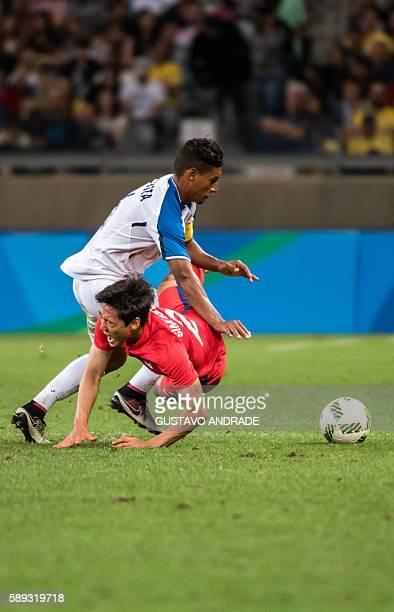 Bryan Acosta of Honduras and Sim Sangmin of Korea vie for the ball during their Rio 2016 Olympic Games quarterfinal men's football match Republic of...