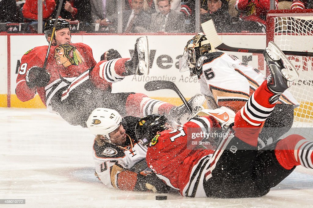 <a gi-track='captionPersonalityLinkClicked' href=/galleries/search?phrase=Bryan+Bickell&family=editorial&specificpeople=241498 ng-click='$event.stopPropagation()'>Bryan Bickell</a> #29 and <a gi-track='captionPersonalityLinkClicked' href=/galleries/search?phrase=Jonathan+Toews&family=editorial&specificpeople=537799 ng-click='$event.stopPropagation()'>Jonathan Toews</a> #19 Chicago Blackhawks collide with <a gi-track='captionPersonalityLinkClicked' href=/galleries/search?phrase=Hampus+Lindholm&family=editorial&specificpeople=8630299 ng-click='$event.stopPropagation()'>Hampus Lindholm</a> #47 of the Anaheim Ducks into goalie John Gibson #36 during the NHL game on October 28, 2014 at the United Center in Chicago, Illinois.