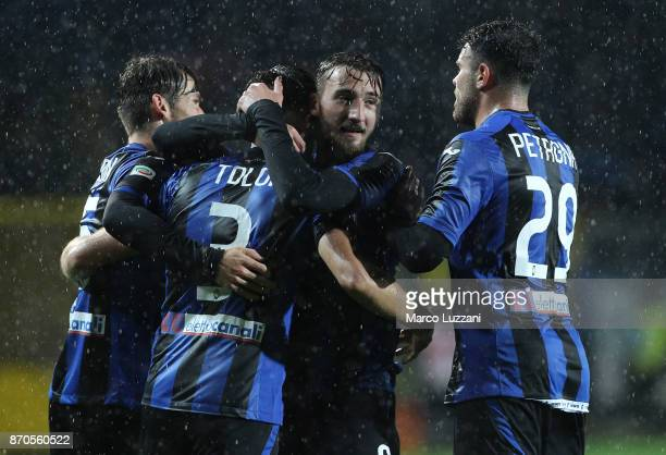Bryan Cristante of Atalanta BC celebrates with his teammates after scoring the opening goal during the Serie A match between Atalanta BC and Spal at...