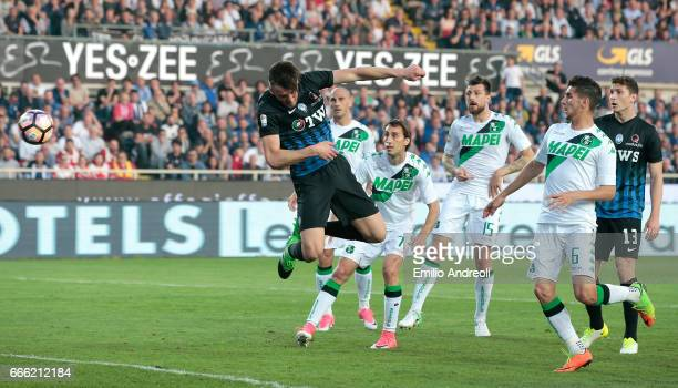 Bryan Cristante of Atalanta BC scores his goal during the Serie A match between Atalanta BC and US Sassuolo at Stadio Atleti Azzurri d'Italia on...