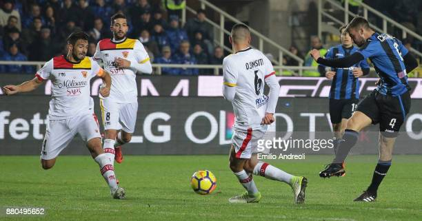 Bryan Cristante of Atalanta BC scores the opening goal during the Serie A match between Atalanta BC and Benevento Calcio at Stadio Atleti Azzurri...