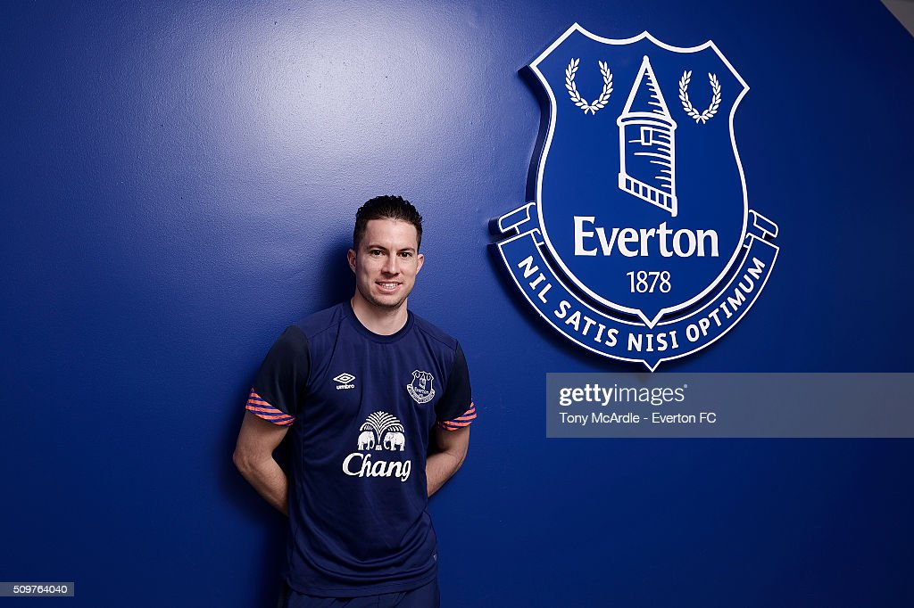 Bryan Oviedo Signs a New Contract with Everton