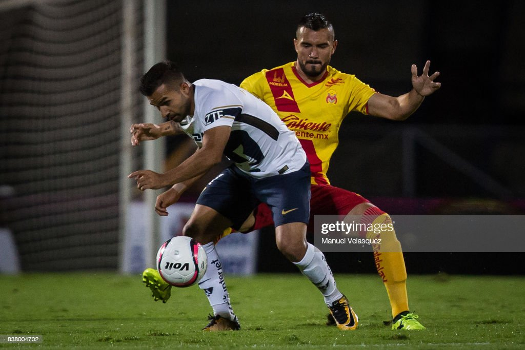 Bryan Rabello (L) of Pumas struggles for the ball with Mario Osuna (R) of Morelia during the 6th round match between Pumas UNAM and Morelia as part of the Torneo Apertura 2017 Liga MX at Olimpico Universitario Stadium on August 22, 2017 in Mexico City, Mexico.