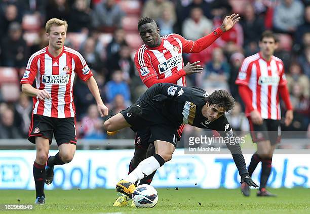 Bryan Ruiz of Fulham competes with Alfred N'Diaye of Sunderland during the Barclays Premier League match between Sunderland and Fulham at the Stadium...