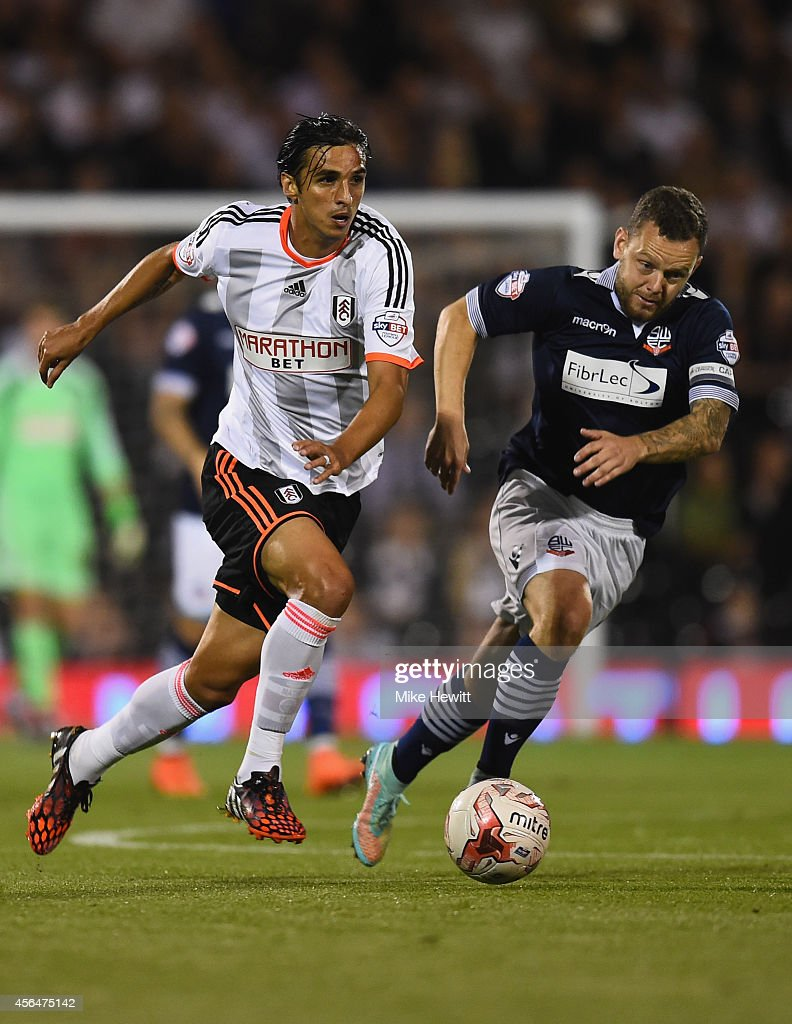 Bryan Ruiz of Fulham gets away from Jay Spearing of Bolton during the Sky Bet Championship match between Fulham and Bolton Wanderers at Craven...