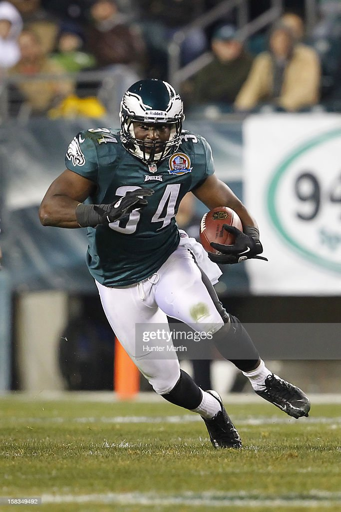 Bryce Brown #34 of the Philadelphia Eagles carries the ball during a game against the Cincinnati Bengals on December 13, 2012 at Lincoln Financial Field in Philadelphia, Pennsylvania. The Bengals won 34-13.