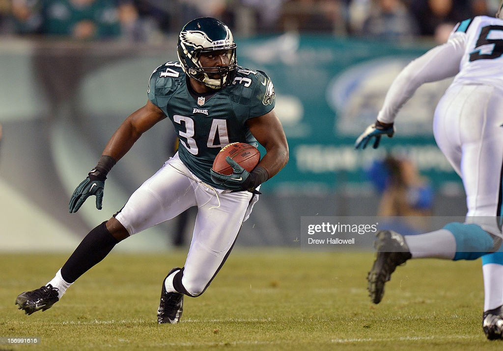 Bryce Brown #34 of the Philadelphia Eagles runs the ball during the game against the Carolina Panthers at Lincoln Financial Field on November 26, 2012 in Philadelphia, Pennsylvania. The Panthers won 30-22.