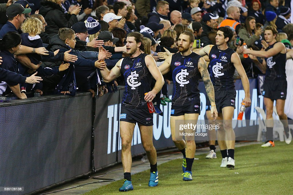 <a gi-track='captionPersonalityLinkClicked' href=/galleries/search?phrase=Bryce+Gibbs+-+Joueur+de+football+australien&family=editorial&specificpeople=14712789 ng-click='$event.stopPropagation()'>Bryce Gibbs</a> of the Blues celebrates the win with fans during the round 10 AFL match between the Carlton Blues and the Geelong Cats at Etihad Stadium on May 29, 2016 in Melbourne, Australia.