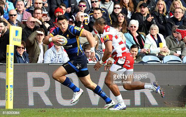Bryce Heem of Worcester Warriors evades David Halaifonua of Gloucester Rugby to score a try during the Aviva Premiership match between Worcester...