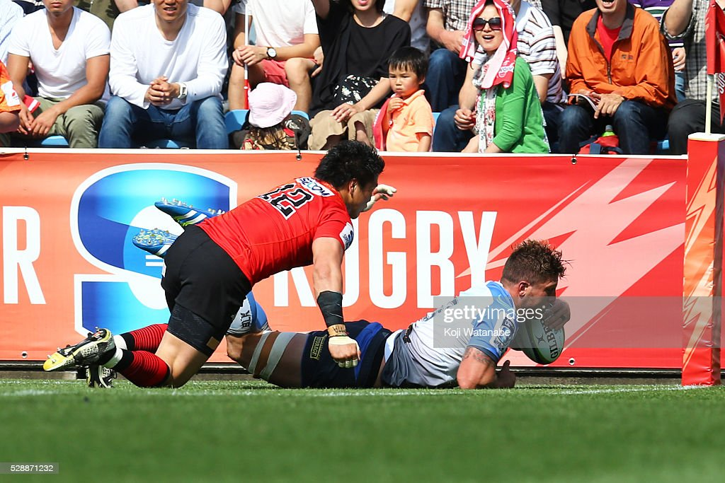 Koki Western Union : Brynard Stander of Force scores his teams fours try goal during the