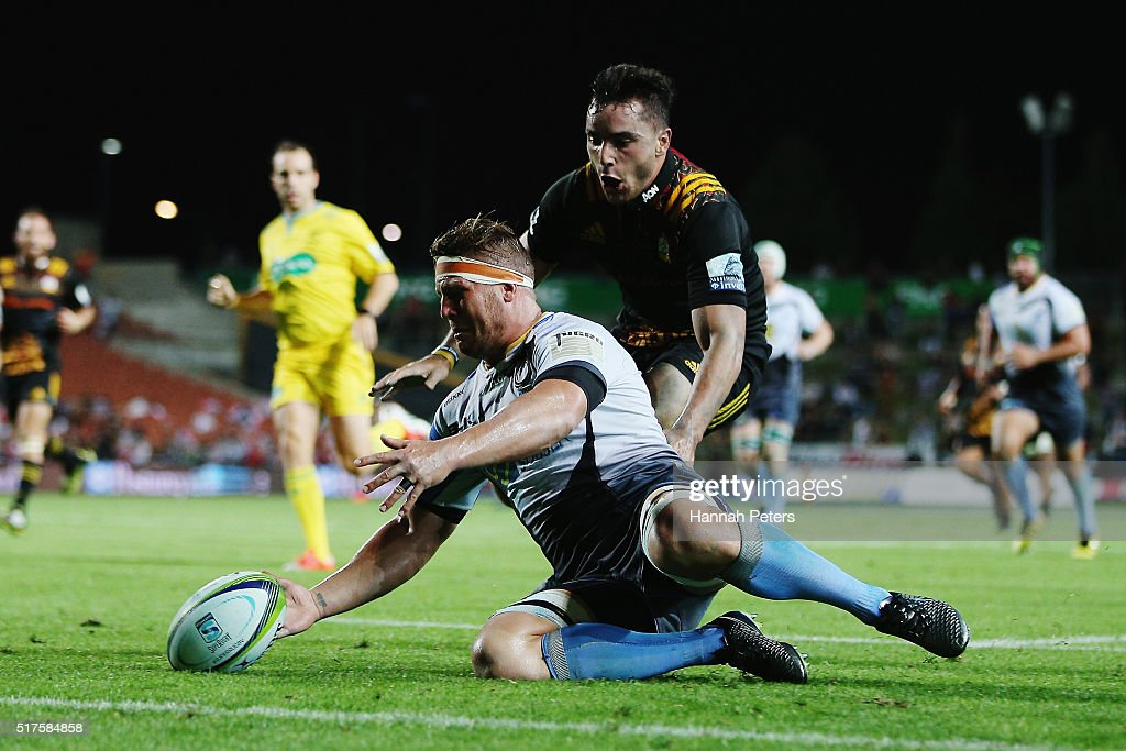 Brynard Stander of the Force gathers the ball ahead of James Lowe of