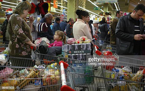 TO GO WITH AFP STORY IN FRENCH 'Les Roumains decouvrent avec joie la fievre acheteuse' Romanian people queues at the cash register offices at a local...