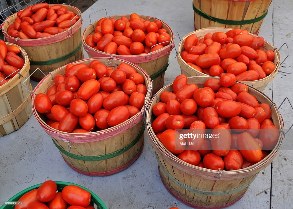 Buckets of red tomatoes at farmers market : Stock Photo