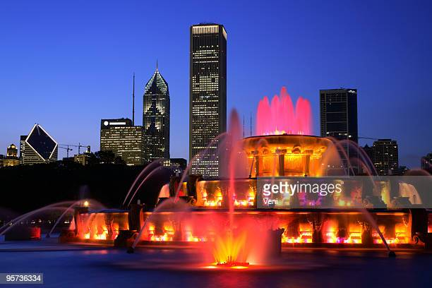 Buckingham fountain in Chicago lit up at night