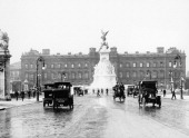 Buckingham Palace and the Mall London 1910 Traffic and pedestrians in front of the Victoria Monument