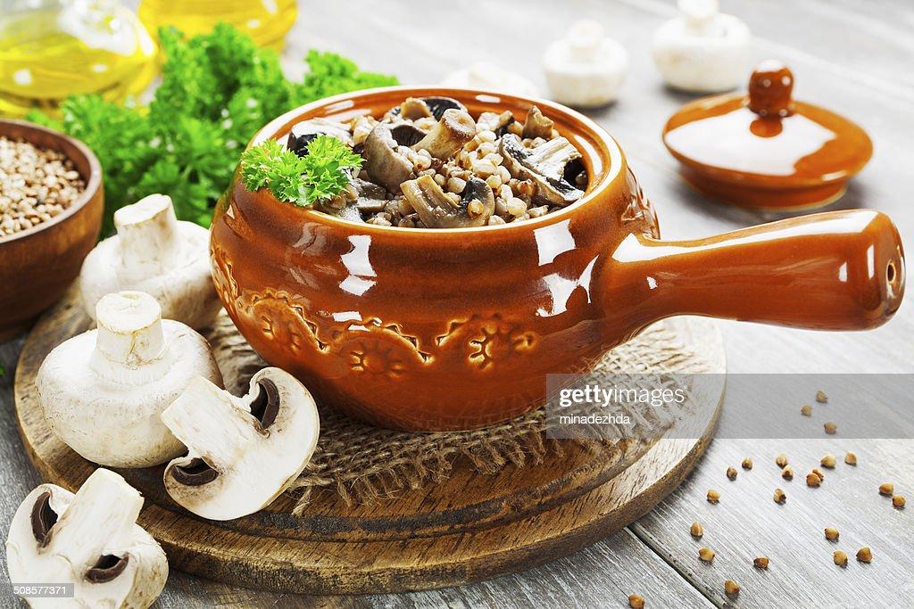 Buckwheat porridge with mushrooms : Stockfoto