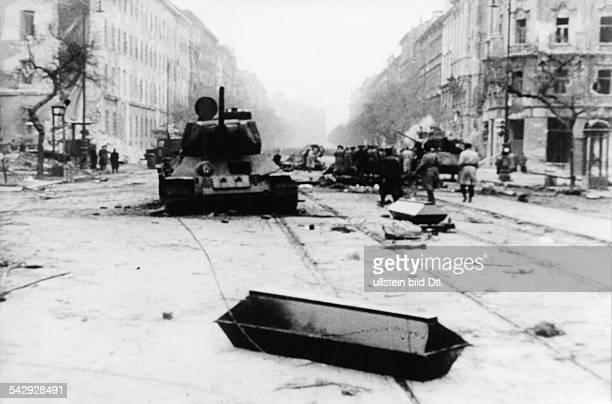 Budapest Straßenkreuzung an der Üllöi ut ungarische Panzer und Särge auf der Straße rechts die KilianKaserne