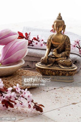 Bouddha De Zen Attitude Avec Des Fleurs Au Spa Photo Thinkstock