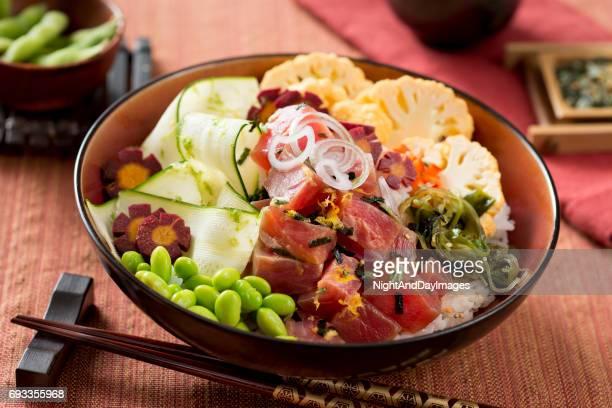 Bouddha Poke bol avec du thon et de légumes frais