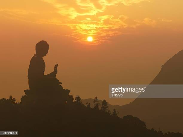 Buddha-statue im Sonnenuntergang silhouette