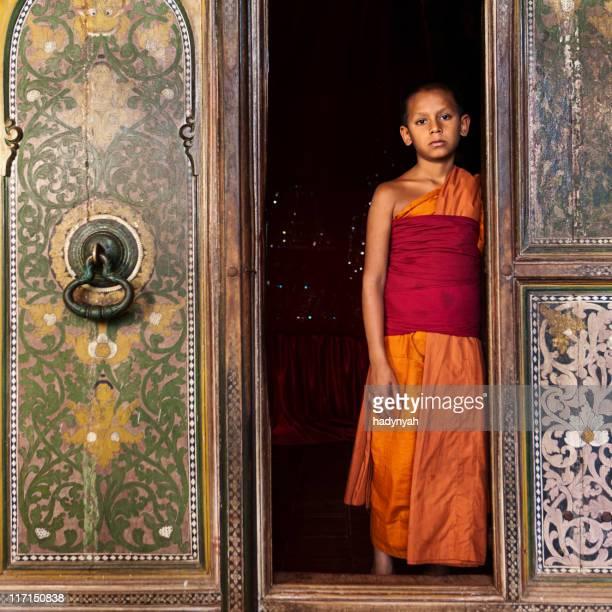 近くに仏教僧カンディ,スリランカ