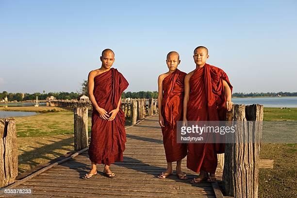仏教の僧侶 crossing ウペインブリッジ