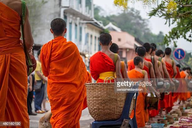 Moines bouddhistes rituel quotidien de collecte aumône et des plats