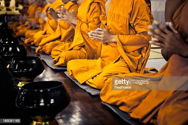 Monjes budistas rezar