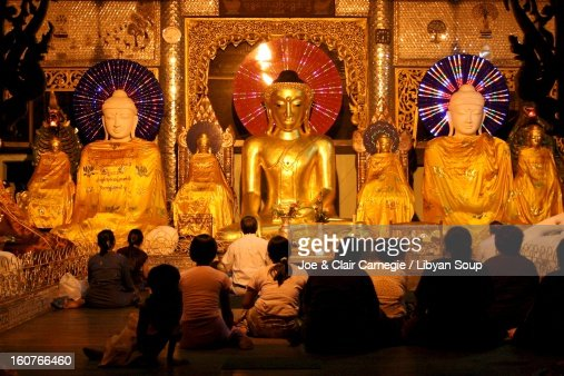 Buddhists Praying at the Shewdagon : Stock Photo