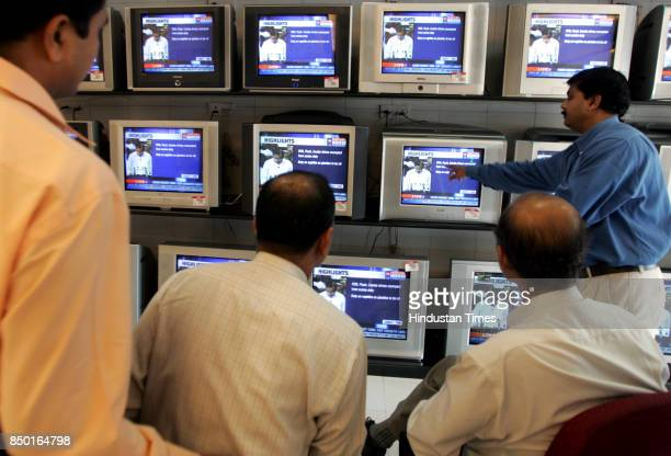 Budget 2006 People watching Finance Minister P Chidambaram on TV screen at Dadar FM presented the Union Budget for 200607 in the Lok Sabha on Tuesday