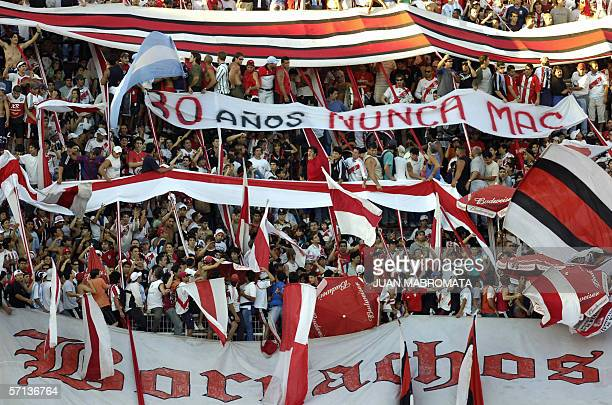 La hinchada de River Plate muestra en el estadio Monumental de Buenos Aires el 19 de marzo de 2005 una bandera de repudio con motivo del 30...