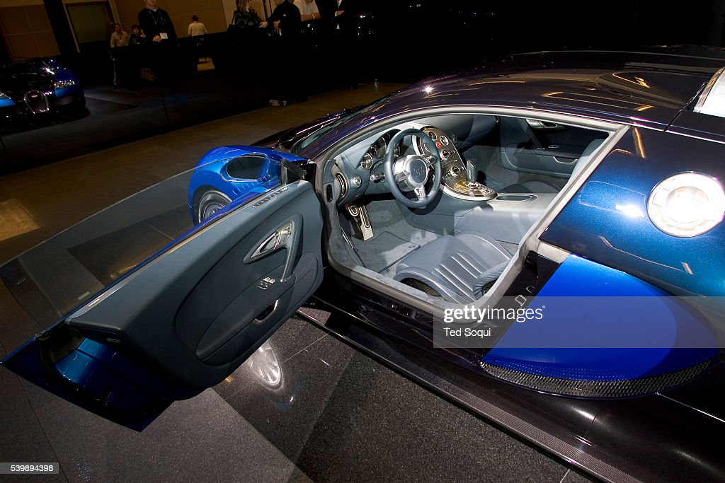 bugatti veyron 16 4 makes it 39 s us debut at the los angeles auto show. Black Bedroom Furniture Sets. Home Design Ideas