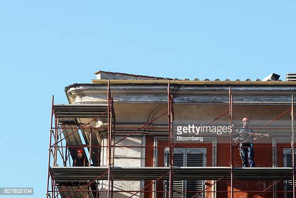 Builders work on scaffolding after the Italian vote on constitutional reform referendum in Rome Italy on Monday Dec 5 2016 Italy fell into political...