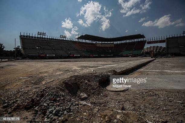 Builders working on the new track at the Hermanos Rodriguez Racing Circuit Facilities on January 22 2015 in Mexico City Mexico The Mexico's Grand...