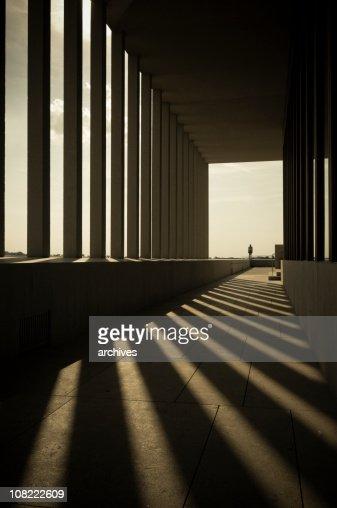 Colunas sombras em Hallway edifício