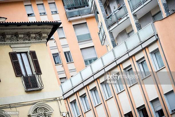 Esterni dell'edificio moderno in Italia vs vecchi
