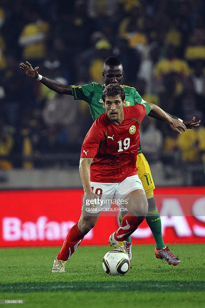 Bulgarian Captain Stiliyan Petrov(L) anticipates South African Captain Teko Modise(R) during their international friendly football match at the Orlando stadium in Soweto, Johannesburg. on May 24, 2010. The 2010 FIFA World Cup football championship is due to take place in South Africa from June 11 to July 11 of 2010.