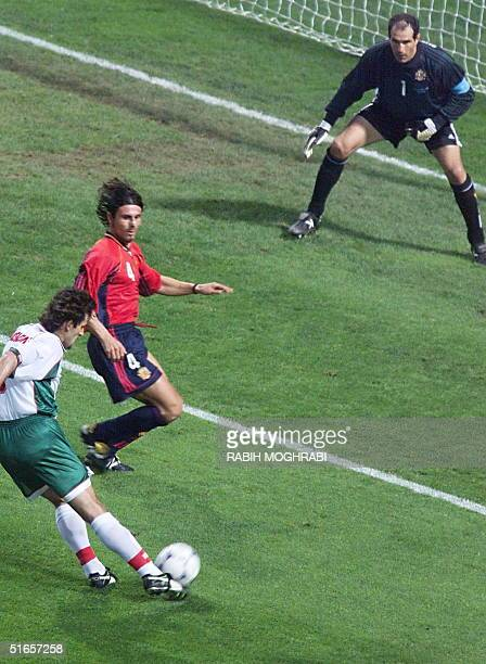 Bulgarian forward Emil Kostadinov scores the first goal for his team past Spainish goalkeeper Andoni Zubizarreta and Spanish defender Rafael Alkorta...