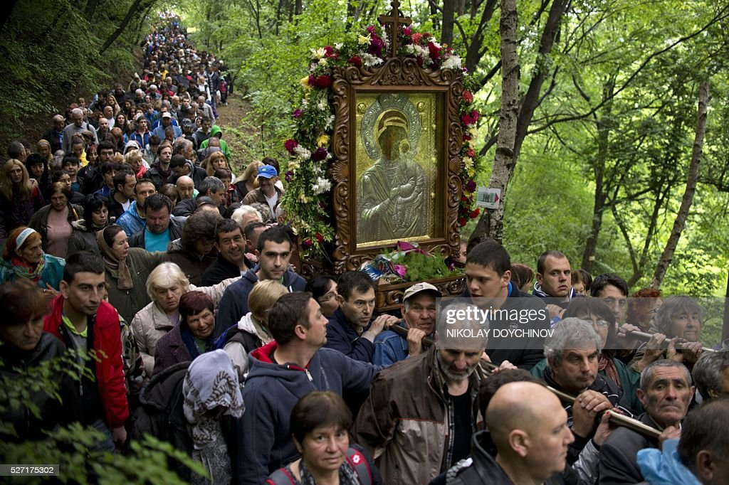 Bulgarian Orthodox pilgrims carry an icon of the Virgin Mary during an annual religious procession, marking the second day of the Orthodox Easter, on May 2, 2016 at the Bachkovo monastery, southern Bulgaria. / AFP / NIKOLAY