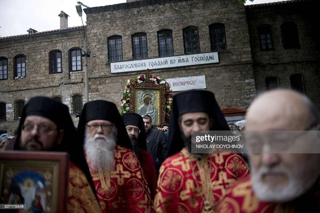 Bulgarian Orthodox priests lead the annual religious procession, with pilgrims carrying an icon of the Virgin Mary, marking the second day of the Orthodox Easter, on May 2, 2016 at the Bachkovo monastery, southern Bulgaria. / AFP / NIKOLAY