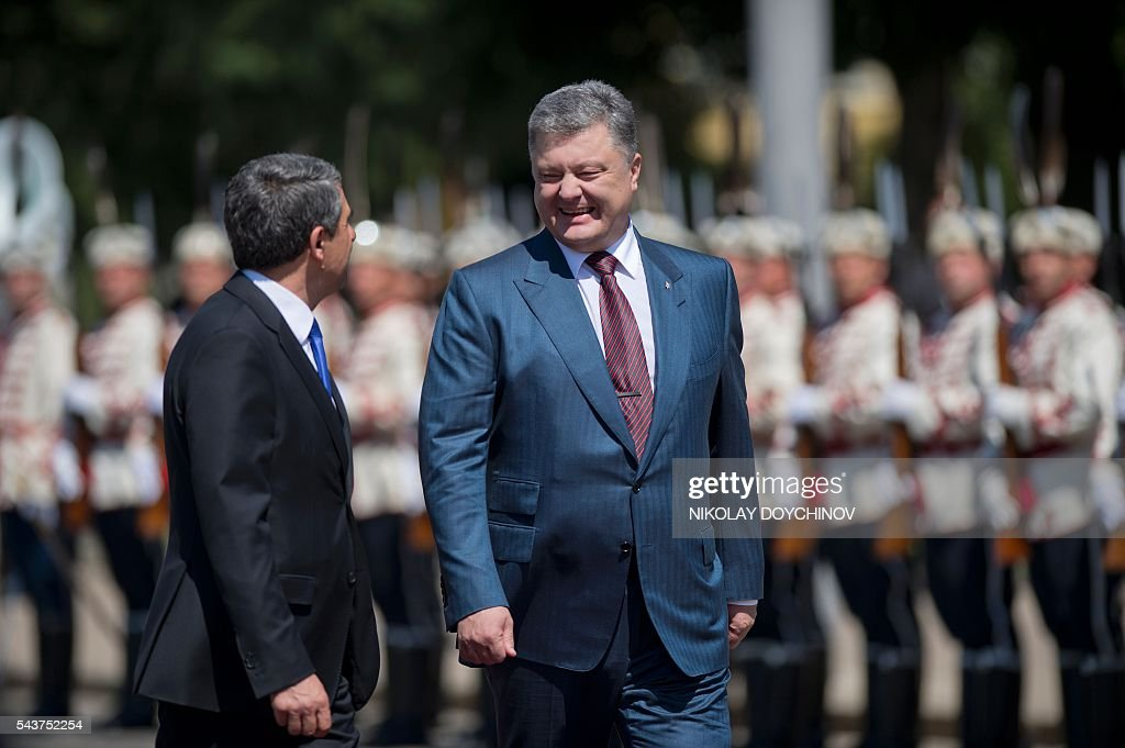 Bulgarian President Rosen Plevneliev (L) and his Ukrainian counterpart Petro Poroshenko review the honour guard during a welcoming ceremony in Sofia on June 30, 2016. / AFP / NIKOLAY