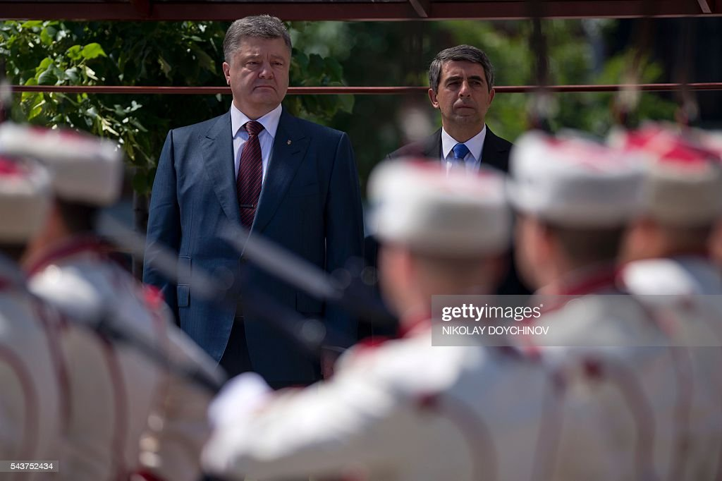 Bulgarian President Rosen Plevneliev (R) and his Ukrainian counterpart Petro Poroshenko review the honour guard during a welcoming ceremony in Sofia on June 30, 2016. / AFP / NIKOLAY