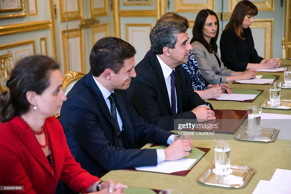 Bulgarian President Rosen Plevneliev (3rd L) attends a meeting with French President at the Elysee Presidential Palace in Paris, on June 27, 2016. / AFP / POOL / ETIENNE