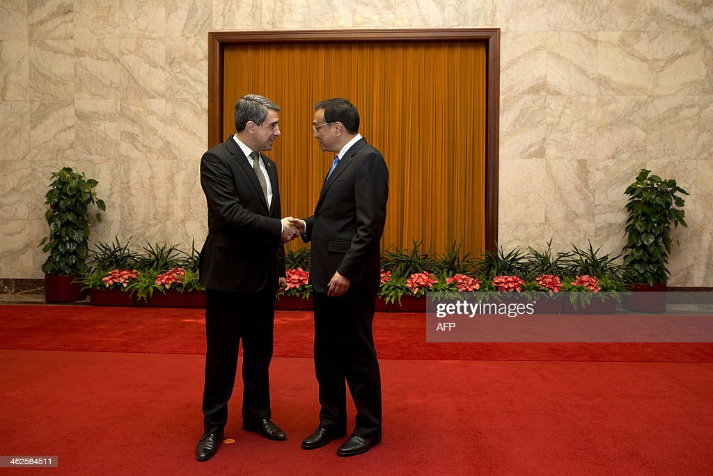 Bulgarian President Rossen Plevneliev (L) is greeted by Chinese Premier Li Keqiang before their meeting at the Great Hall of the People in Beijing on January 14, 2014. Plevneliev is on a visit to China from January 12 to 15. AFP Photo/Andy Wong/Pool