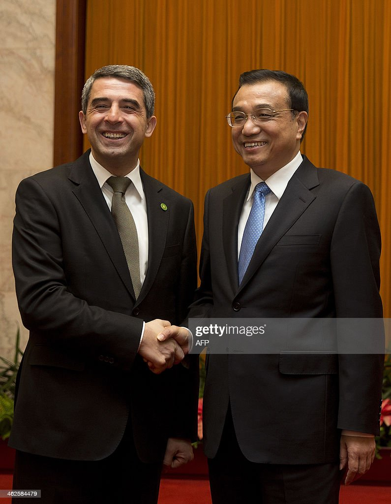 Bulgarian President Rossen Plevneliev (L) shakes hands with Chinese Premier Li Keqiang before their meeting at the Great Hall of the People in Beijing on January 14, 2014. Plevneliev is on a visit to China from January 12 to 15. AFP Photo/Andy Wong/Pool