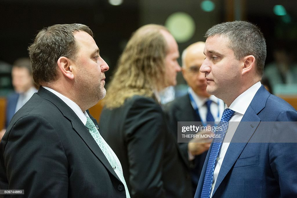 Bulgaria's Finance Minister Vladislav Goranov (L) talks with Estonia's Finance Minister Sven Sester prior to the European Union Eco-Finance Council meeting at the EU Council building in Brussels on February 12, 2016. AFP PHOTO / THIERRY MONASSE / AFP / THIERRY MONASSE